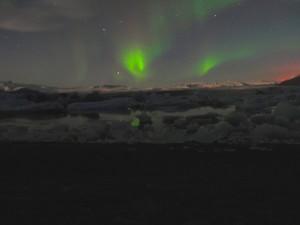 Nordlicht und Vulkanglühen bei der Gletscherlagune in Jökulsárlón am 3. Oktober 2014