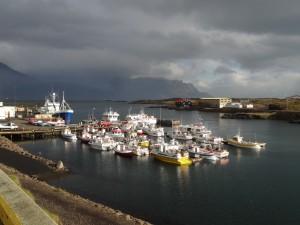 Der malerische Fischerhafen von Djupivogur (Ostisland) im Oktober