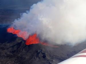 Eindrücklicher Rundflug über die brodelnde Lava