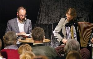 Joachim Schmidt (links) und Tom Egger an einer musikalisch begleiteten Lesung.