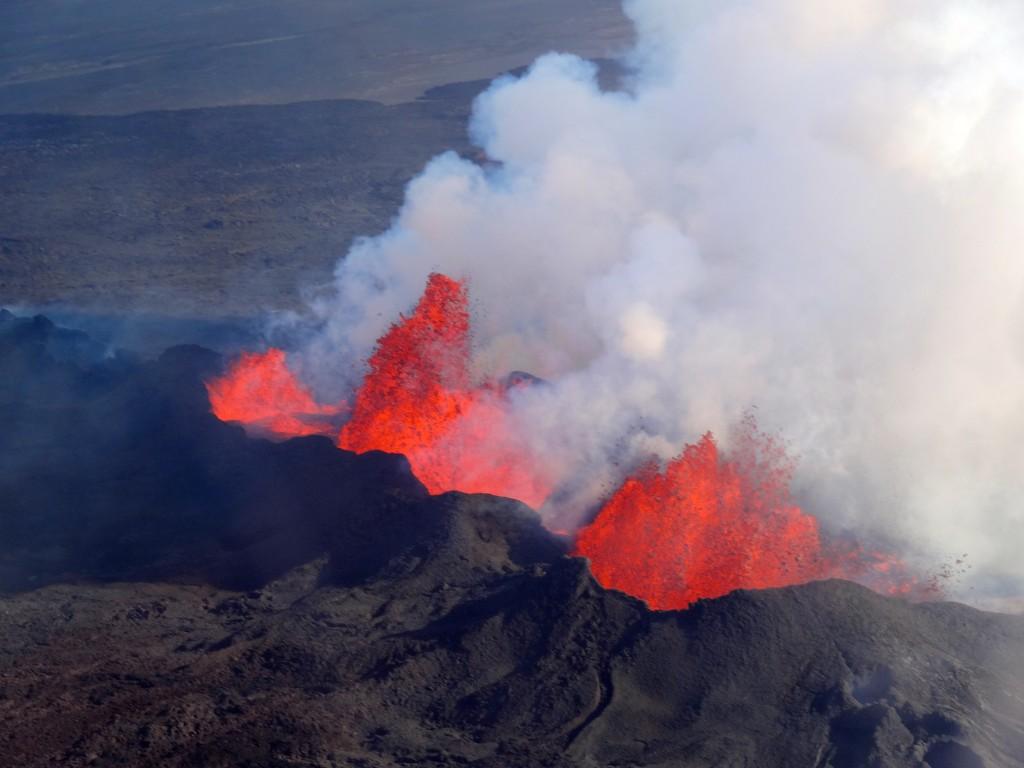 Der brodelnde Vulkan Bárdarbunga: Rundflugbild mit der glühenden Lava in Holuhraun. 16.09.2014