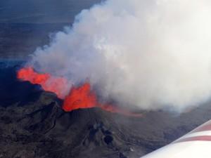 Ein Rundflug ermöglich atemberaubende Blicke auf die brodelnde Lava. 16.09-2014