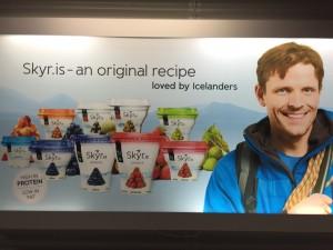 Werbung für Skyr im Flughafen Keflavik. 05.12.2014