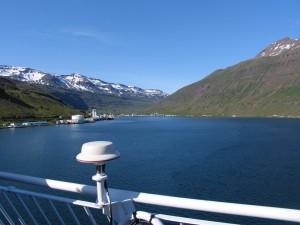 Die Fähre Norröna läuft in den Seydisfjördur ein. Die Zeit an Bord beträgt 09h51, am Hafen 08h51 und in Mitteleuropa 10h51. 02.07.2009
