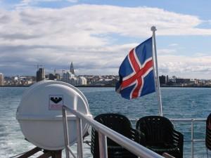 Im Zuge des Baubooms entsteht die moderne Skyline von Reykjavik. Rechts neben der Flagge die Zentralbank. 16.07.2004