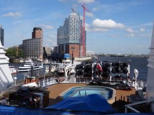 Blick zum Heck mit den 12 Zodiacs im Hafen Hamburg. 13.05.2015