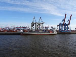 Ein Schiff wird mit Containern beladen. 13.05.2015