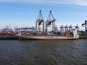 Die vielen Krane bringen Container um Conainer an Bord. 13.05.2015