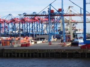 Unbemannte Gabelstapler fahren durch das Hafengelände. 13.05.2015