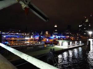 Blick vom Schiff auf das nächtlich beleuchtete Hamburg. 13.05.2015