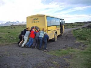 Springt der Bus nicht an, gilt es zu schieben! Bild Fritz Ischer, 27.06.2015