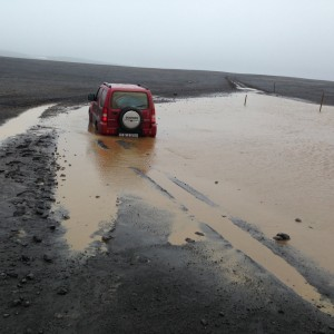 Der Suzuki Jimny wollte dem Wasser ausweichen und blieb auf der Sprengisandur stecken. Foto Eggert, 13.07.2015