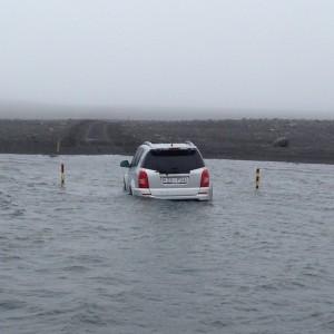 Mitten im Wasser auf der Sprengisandur stecken geblieben. Foto Eggert, 13.07.2015