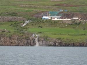 Bei der Tunnelbaustelle im Eyjafjördur stiess man auf heisses Wasser. Ein siedender Wasserfall stürzt ins Meer. 28.08.2015