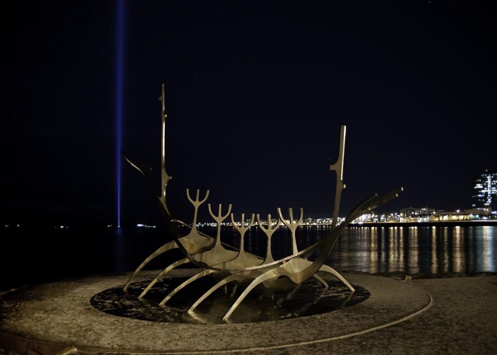 Der Lichtstrahl des Imagine Peace Towers auf der Insel Videy. Im Vordergrund die Skulptur Solfarid. Bild Birgit Kolb 2013