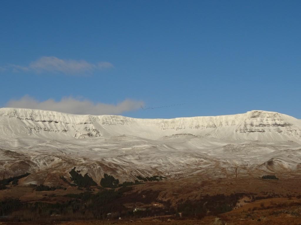 Der erste Schnee legt sich über Esja, den Hausberg von Reykjavik. 12.11.2013
