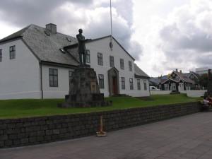 Das ehrwürdige Gebäude mit den Büros der Minister im Herzen von Reykjavik. 12.07.2004