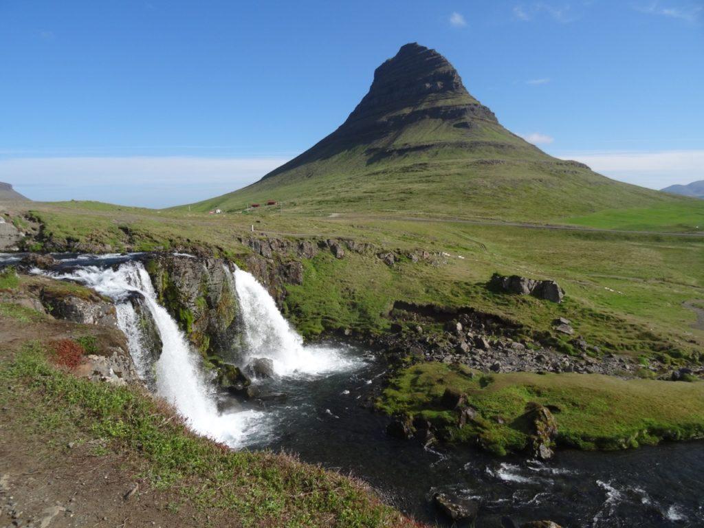 Beliebtes Fotomotiv Kirkjufell mit Kirkjufellsfoss. 27.06.2015