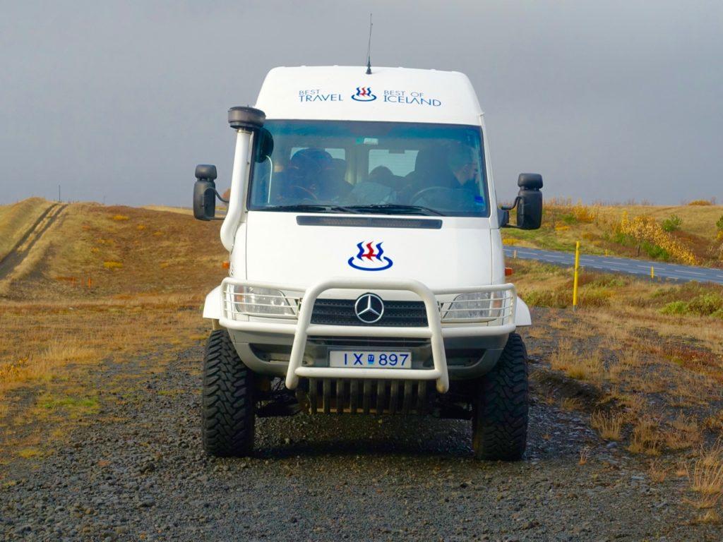 Der Mantrabus ist mit dem neuen Logo von Best of Iceland unterwegs. 09.10.2016