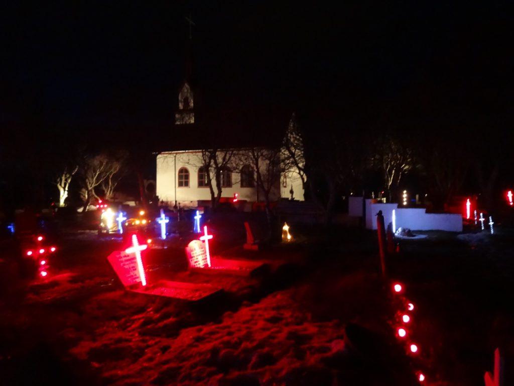 Beleuchtete Grabkreuze auf dem Friedhof der Kotstrandarkirkja. 01.01.2014
