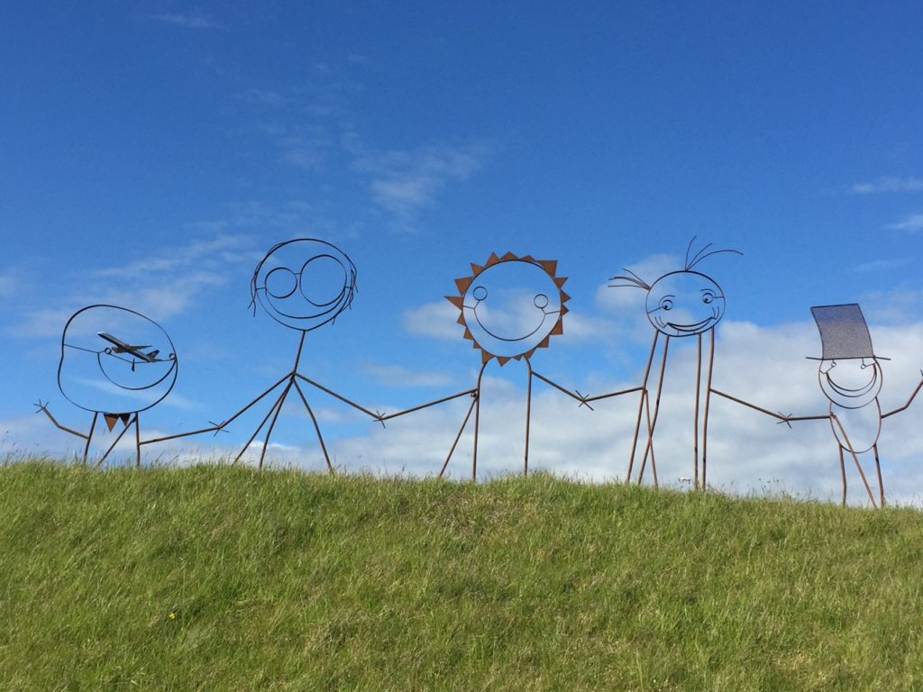 Figuren-Skulptur in Keflavik mit startender Icelandairmaschine. Reiseideen wachsen im Kopf. 28.06.2016